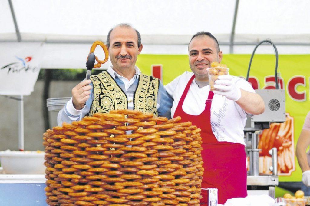 Süße Sache: Halil Ibrahim (l.) und Hasan Gucer verkaufen türkische Süßspeisen aus der Fritteuse. Die Kringel heißen Lokma. - © Patrick Herrmann