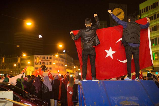 Eineinhalb Stunden lang haben die Menschen auf dem Jahnplatz demonstriert. Nach Polizeiangaben verlief alles friedlich. Foto: Mike-Dennis Müller